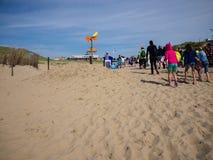 Άνθρωποι που αφήνουν την παραλία Στοκ εικόνες με δικαίωμα ελεύθερης χρήσης