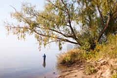 Άνθρωποι που αλιεύουν από την ακτή Στοκ εικόνες με δικαίωμα ελεύθερης χρήσης