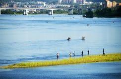 Άνθρωποι που αλιεύουν στον ποταμό Angara κοντά στο Ιρκούτσκ Στοκ Εικόνες