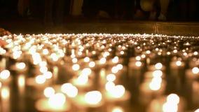 Άνθρωποι που βάζουν φωτιά επάνω και που τοποθετούν στα κεριά σε άλλους αυτούς απόθεμα βίντεο