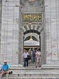 Άνθρωποι που βγαίνουν από ένα μουσουλμανικό τέμενος μετά από την προσευχή στοκ εικόνες