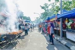 Άνθρωποι που βλέπουν και αγοράς τρόφιμα γύρω από το Ramadan Bazaar Καθιερώνεται για μουσουλμάνο για να σπάσει γρήγορα κατά τη διά Στοκ φωτογραφία με δικαίωμα ελεύθερης χρήσης