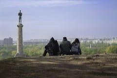 Άνθρωποι που βλέπουν την πόλη Βελιγραδι'ου άνωθεν στοκ εικόνες με δικαίωμα ελεύθερης χρήσης