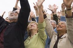 Άνθρωποι που γιορτάζουν με τα χέρια που αυξάνονται στοκ φωτογραφία με δικαίωμα ελεύθερης χρήσης