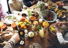 Άνθρωποι που γιορτάζουν την έννοια παράδοσης διακοπών ημέρας των ευχαριστιών Στοκ Φωτογραφίες
