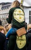Άνθρωποι που γιορτάζουν την ημέρα του ST Πάτρικ στη πλατεία Τραφάλγκαρ στο Λονδίνο Στοκ φωτογραφία με δικαίωμα ελεύθερης χρήσης