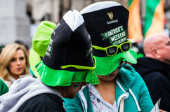 Άνθρωποι που γιορτάζουν την ημέρα του ST Πάτρικ στη πλατεία Τραφάλγκαρ στο Λονδίνο Στοκ Εικόνες