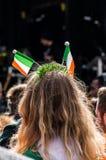 Άνθρωποι που γιορτάζουν την ημέρα του ST Πάτρικ στη πλατεία Τραφάλγκαρ στο Λονδίνο Στοκ εικόνα με δικαίωμα ελεύθερης χρήσης