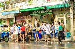 Άνθρωποι που γιορτάζουν την παραδοσιακή ημέρα Songkran. Στοκ Φωτογραφία