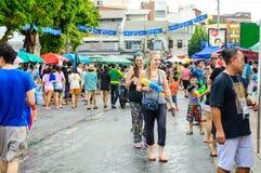 Άνθρωποι που γιορτάζουν την παραδοσιακή ημέρα Songkran. Στοκ Εικόνες