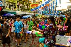 Άνθρωποι που γιορτάζουν την παραδοσιακή ημέρα Songkran. Στοκ εικόνες με δικαίωμα ελεύθερης χρήσης