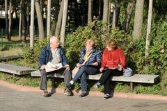 Άνθρωποι που διαβάζουν τις εφημερίδες Στοκ φωτογραφία με δικαίωμα ελεύθερης χρήσης