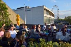Άνθρωποι που δειπνούν έξω από τη βασιλική αίθουσα φεστιβάλ μέσα με το μάτι του Λονδίνου Στοκ εικόνες με δικαίωμα ελεύθερης χρήσης