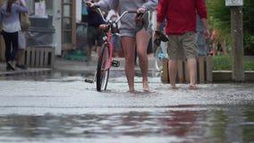 Άνθρωποι που εκκενώνονται από την πλημμύρα απόθεμα βίντεο