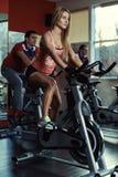 Άνθρωποι που εκπαιδεύουν στη γυμναστική στοκ εικόνες