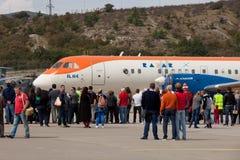 Άνθρωποι που εξετάζουν τα αεροσκάφη RadarNPP Ilyushin IL-114 Στοκ φωτογραφία με δικαίωμα ελεύθερης χρήσης