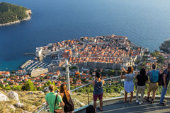Άνθρωποι που εξετάζουν την παλαιά πόλη Dubrovnik άνωθεν Στοκ Φωτογραφία