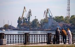 Άνθρωποι που εξετάζουν το νερό από την αποβάθρα Στοκ εικόνες με δικαίωμα ελεύθερης χρήσης