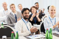 Άνθρωποι που επιδοκιμάζουν στην επιχειρησιακή διάσκεψη Στοκ Φωτογραφία