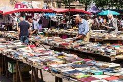 Άνθρωποι που επιλέγουν τα χρησιμοποιημένα βιβλία στην αγορά Aligre ψύλλων Παρίσι, Fra Στοκ εικόνα με δικαίωμα ελεύθερης χρήσης