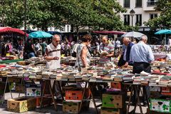 Άνθρωποι που επιλέγουν τα χρησιμοποιημένα βιβλία στην αγορά Aligre ψύλλων Παρίσι, Fra Στοκ εικόνες με δικαίωμα ελεύθερης χρήσης