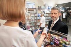 Άνθρωποι που επιλέγουν, bying φάρμακα στο φαρμακείο στοκ φωτογραφία με δικαίωμα ελεύθερης χρήσης