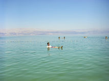 Άνθρωποι που επιπλέουν στο νερό στη νεκρή θάλασσα Ισραήλ Στοκ εικόνα με δικαίωμα ελεύθερης χρήσης