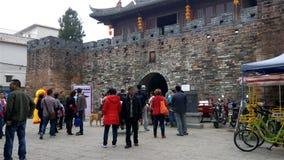 Άνθρωποι που επισκέπτονται ένα παλαιό παραδοσιακό κινέζικο που στηρίζεται στις νέες διακοπές έτους φιλμ μικρού μήκους