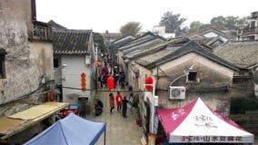 Άνθρωποι που επισκέπτονται ένα παλαιό χωριό παραδοσιακού κινέζικου στις νέες διακοπές έτους απόθεμα βίντεο
