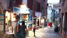 Άνθρωποι που επισκέπτονται τα αναμνηστικά στην οδό Rovinj φιλμ μικρού μήκους