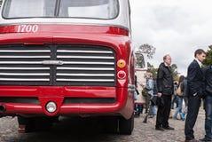 Άνθρωποι που επισκέπτονται τα παλαιά λεωφορεία στην έκθεση στη Αγία Πετρούπολη, Ρωσία Στοκ Εικόνες