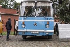 Άνθρωποι που επισκέπτονται τα παλαιά λεωφορεία στην έκθεση στη Αγία Πετρούπολη, Ρωσία Στοκ εικόνα με δικαίωμα ελεύθερης χρήσης