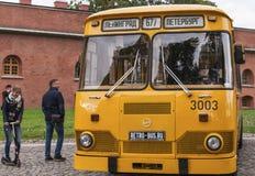 Άνθρωποι που επισκέπτονται τα παλαιά λεωφορεία στην έκθεση στη Αγία Πετρούπολη, Ρωσία Στοκ φωτογραφία με δικαίωμα ελεύθερης χρήσης