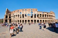 Άνθρωποι που επισκέπτονται τις καταστροφές του ρωμαϊκού Colosseum στην κεντρική Ρώμη Στοκ Εικόνα