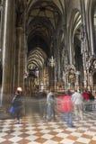 Άνθρωποι που επισκέπτονται τον καθεδρικό ναό του ST Stephen στη Βιέννη Στοκ Φωτογραφία