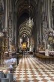 Άνθρωποι που επισκέπτονται τον καθεδρικό ναό του ST Stephen στη Βιέννη Στοκ Εικόνα