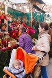 Άνθρωποι που επιλέγουν τα παιχνίδια και τα δώρα Χριστουγέννων Στοκ Εικόνες
