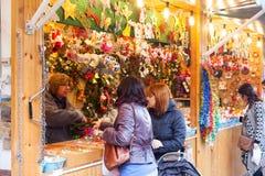 Άνθρωποι που επιλέγουν τα δώρα Χριστουγέννων Στοκ φωτογραφίες με δικαίωμα ελεύθερης χρήσης