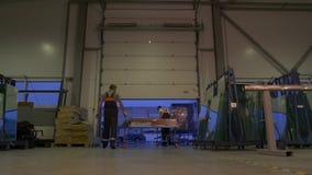 Άνθρωποι που εργάζονται στην αποθήκη εμπορευμάτων απόθεμα βίντεο