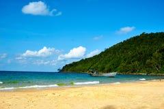 Άνθρωποι που εργάζονται στην οκνηρή παραλία σκαφών στην ηλιόλουστη θερινή ημέρα Koh νησί Rong Sanloem, οκνηρή παραλία Καμπότζη, Α στοκ φωτογραφίες με δικαίωμα ελεύθερης χρήσης