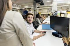 Άνθρωποι που εργάζονται στο πολυάσχολο σύγχρονο γραφείο Στοκ εικόνα με δικαίωμα ελεύθερης χρήσης