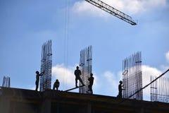 Άνθρωποι που εργάζονται υπαίθρια στην οικοδόμηση κτηρίου Στοκ Φωτογραφίες