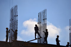 Άνθρωποι που εργάζονται υπαίθρια στην οικοδόμηση κτηρίου Στοκ Φωτογραφία
