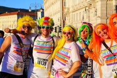 Άνθρωποι που θέτουν για τις φωτογραφίες του χρώματος που οργανώνεται κατά τη διάρκεια στην Τεργέστη, Ιταλία Στοκ φωτογραφία με δικαίωμα ελεύθερης χρήσης