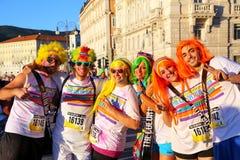 Άνθρωποι που θέτουν για τις φωτογραφίες του χρώματος που οργανώνεται κατά τη διάρκεια στην Τεργέστη, Ιταλία Στοκ φωτογραφίες με δικαίωμα ελεύθερης χρήσης