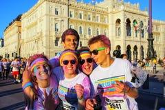 Άνθρωποι που θέτουν για τις φωτογραφίες του χρώματος που οργανώνεται κατά τη διάρκεια στην Τεργέστη, Ιταλία Στοκ Φωτογραφίες