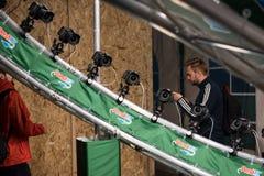 Άνθρωποι που θέτουν στην πανοραμική καμπίνα φωτογραφιών GIF 360 Στοκ φωτογραφία με δικαίωμα ελεύθερης χρήσης