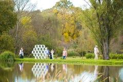 Άνθρωποι που θαυμάζουν ένα κομμάτι της τέχνης στο πάρκο γλυπτών Nirox στοκ φωτογραφία με δικαίωμα ελεύθερης χρήσης