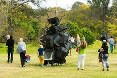 Άνθρωποι που θαυμάζουν ένα κομμάτι της τέχνης στο πάρκο γλυπτών Nirox στοκ εικόνες με δικαίωμα ελεύθερης χρήσης