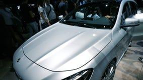 Άνθρωποι που θαυμάζουν στη νέα Mercedes-Benz στην έκθεση Mondial EXPO φιλμ μικρού μήκους